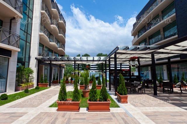 Хотел Лион8